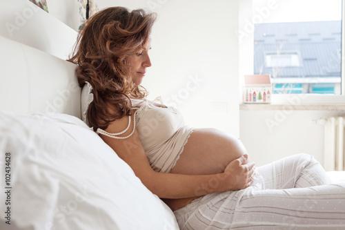 Fotografía  Donna incinta a letto