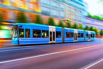 Moderni tramvaj na gradskoj ulici u Stockholmu u Švedskoj