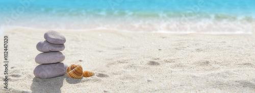 Staande foto Strand panoramica de una playa con piedras y arena