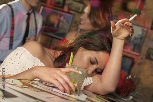 Fényképezés  Betrunkene Frau schläft auf dem Tresen