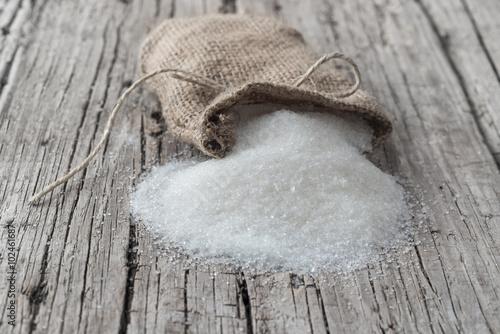 Foto op Aluminium Snoepjes Ahşap zemin üzerinde şeker çuvalı