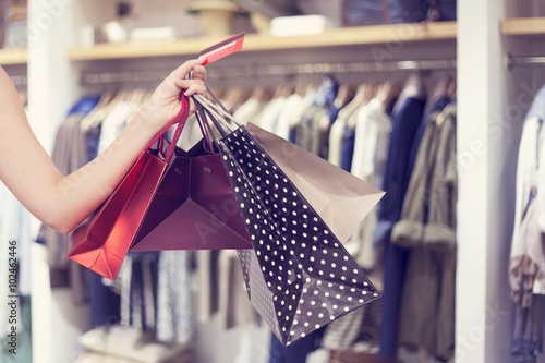 Fotografía  Woman holding shopping bags and credit card