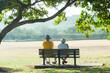公園のベンチに座っている老夫婦
