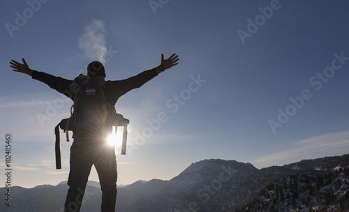 Fotografía  dağların zirvesinde huzur ve başarı