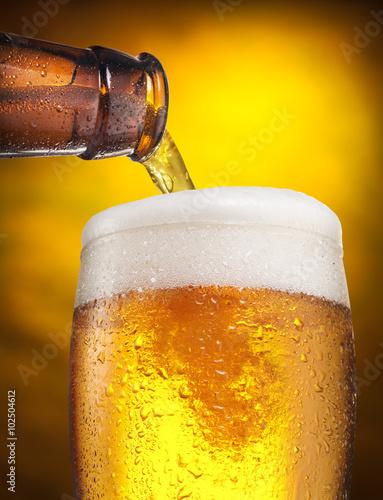 proces-nalewania-piwa-do-szklanki
