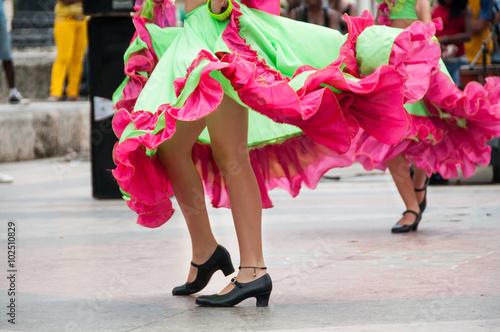In de dag Havana girl dancing old dances with green and orange dress