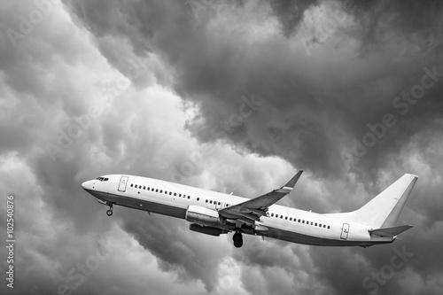 samolot-przy-starcie-samolot-na-tle-chmur
