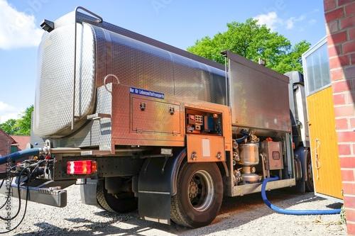 Fotografie, Obraz  Milcherzeugung, Milchtankwagen holt Milch vom Bauernhof
