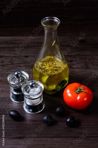 Fotografía  Olive oil with pepper mill tomato