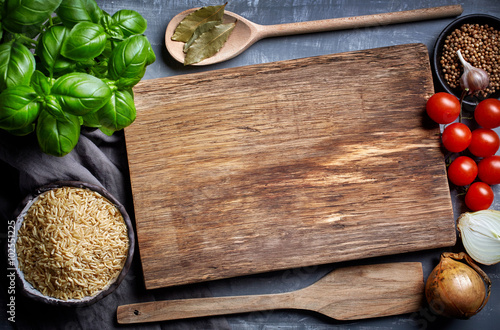 Crédence de cuisine en verre imprimé Cuisine cooking background with old cutting board