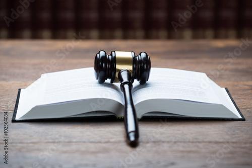 Fotografía  Mallet On Open Legal Book In Courtroom