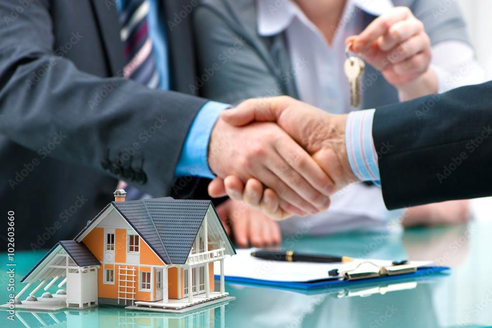 Fototapeta Händedruck mit Kunden nach dem erfolgreichen Vertragsabschluss