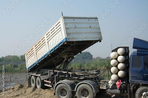 Zdjęcie XXL Wywrotka rozładunku gleby na budowie