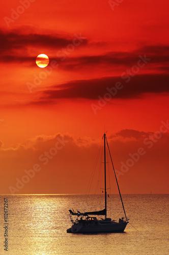 Foto op Canvas Rood voilier en méditerranée