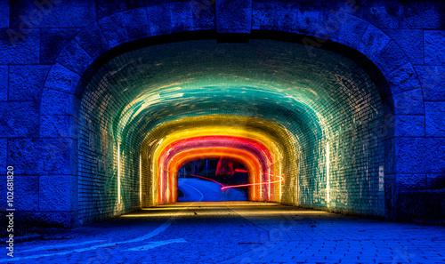 Farbenfroh beleuchtete Unterführung unter der Corneliusbrücke in München