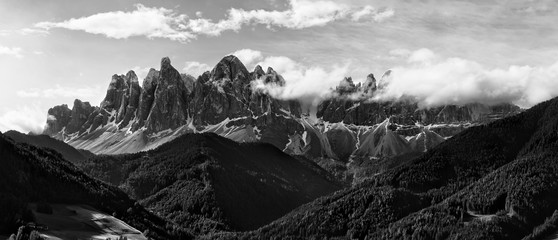 Panel Szklany PodświetlaneBlack and white panorama of Geisler (Odle) Dolomites Group