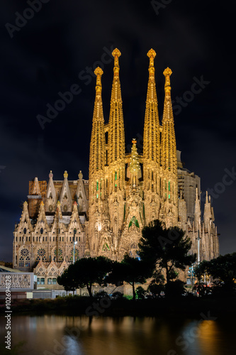 Платно  Night view of Nativity facade of Sagrada Familia cathedral in Barcelona