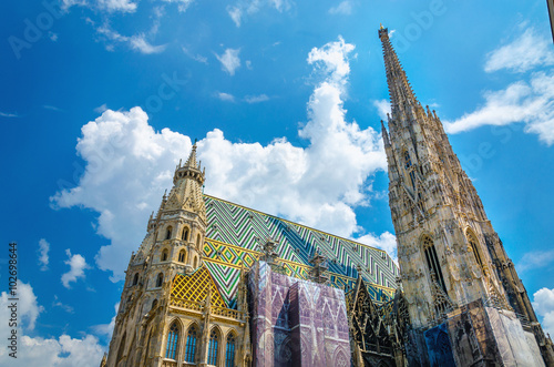 In de dag Wenen Amazing colorful St. Stephen's Cathedral of Vienna
