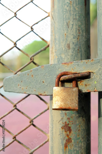 Fotobehang Tuin Old bolt and padlock on the door tennis court