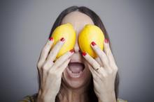 Mujer Con Limones Por Ojos