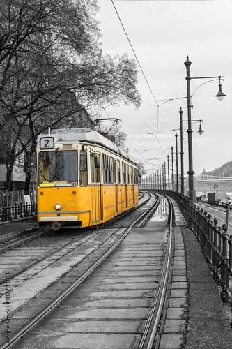 zolty-tramwaj-na-nabrzezu-budapesztu