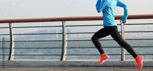 Photo  young fitness woman runner running on seaside