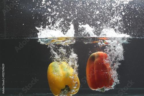 Foto op Canvas Opspattend water pimentões