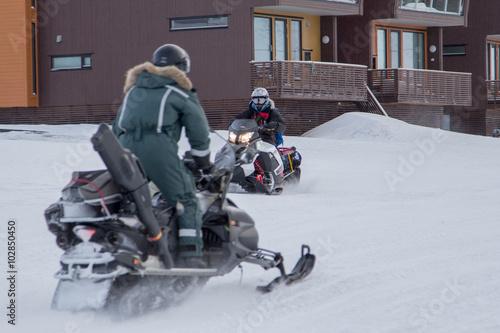 Papiers peints Arctique People on a snowmobiles in Longyearbyen, Spitsbergen (Svalbard)