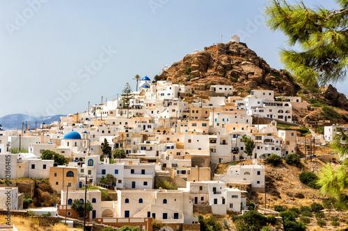 wspanialy-widok-na-miasto-budynkow-na-wyspie-ios-grecja