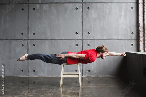 Fotografía  El hombre en pose de superhéroe