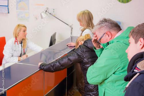 Fotografie, Obraz  lange warteschlange beim hausarzt