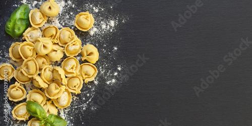 Fotomural  Homemade raw Italian tortellini and basil