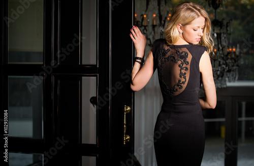 Fotografia, Obraz  Woman in black dress looking over her shoulder