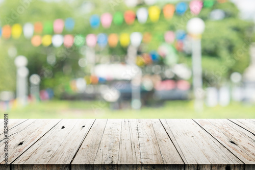 Fotografía  Empty wooden table with blurred party on background