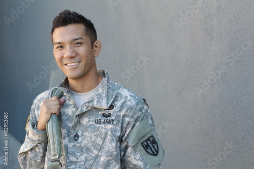Fotografía  Happy healthy ethnic army soldier with copy space on the right