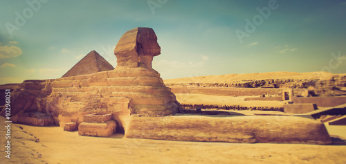 Photo Stands Egypt The full profile of the Great Sphinx with the pyramid in the background in Giza.
