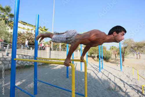 Fotografie, Obraz  Athlete makes planche