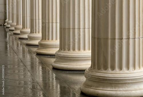Fotografía  Many old greek columns with reflection