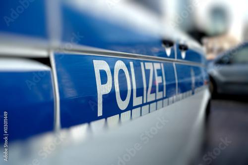 Fotografía  Polizeiauto am Straßenrand