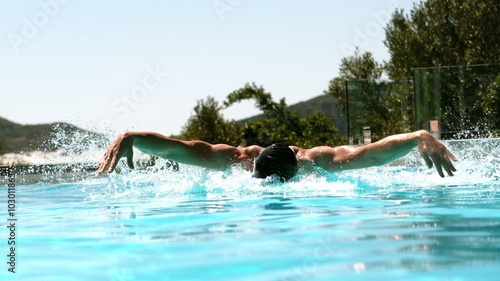 Photo  Fit man doing the butterfly stroke in the pool