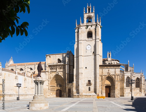 Day view of Palencia Cathedral