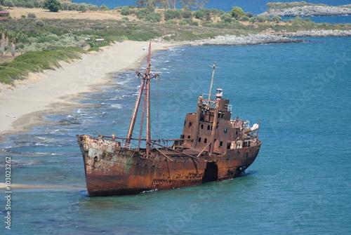 Deurstickers Schipbreuk relitto di una nave arenata