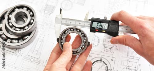 Leinwand Poster Präzision im Maschinenbau - Kontrolle der Maße mit digitalem Messschieber eines