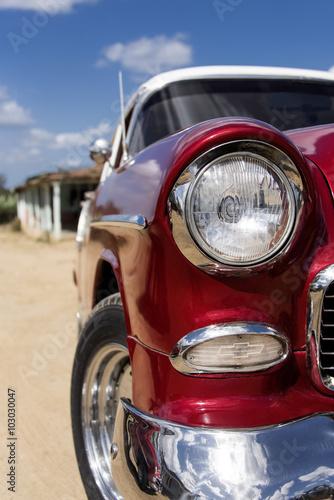 Kuba, Trinidad: Frontansicht eines roten US-Amerikanischen Oldtimers mit silbernem Chrom, Grill, Spiegel, Frontleuchte, Stroßstange, Blicker - Detail