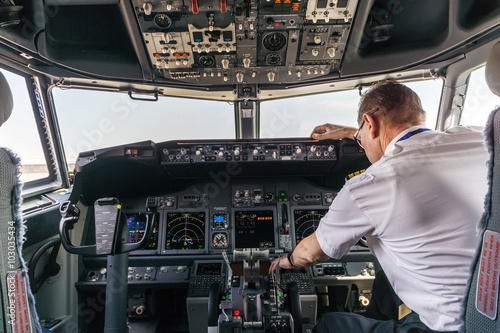 Fotografia  Pilot in the cockpit of a passenger plane