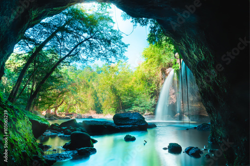 Montage in der Fensternische Wasserfalle Amazing cave in deep forest with beautiful waterfalls background at Haew Suwat Waterfall in Khao Yai National Park, Thailand