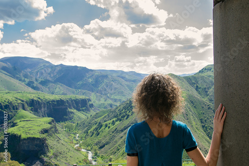 Young woman looking at amazing view Canvas-taulu