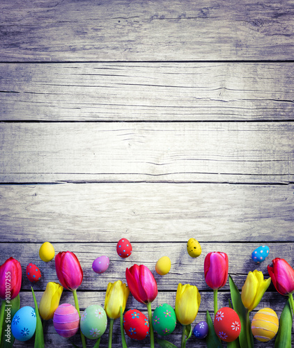 Papiers peints Retro Tulips And Easter Eggs On Vintage Wooden