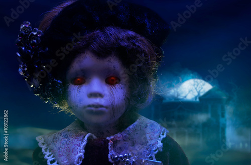 Photographie  Old mystical scary horror doll looking with red demonic eyes with haunted horror house