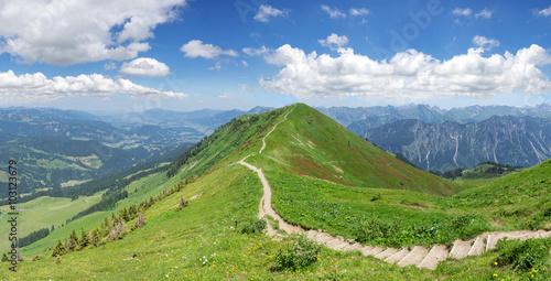 obraz dibond Wanderweg in den Allgäuer Alpen auf dem Fellhorn-Grat vom Fellhorn in Richtung Söllereck